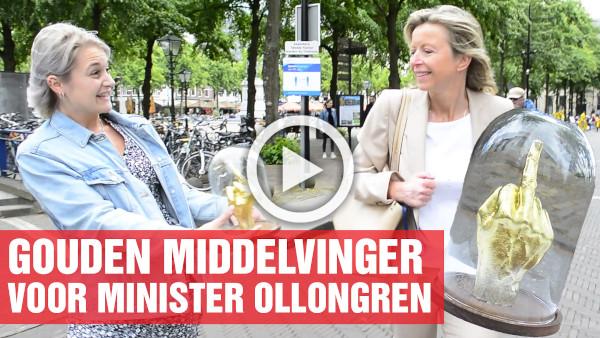 Gouden middelvinger voor Minister Ollongren
